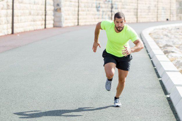 Como correr mais rápido - homem acelerando em pista de atletismo